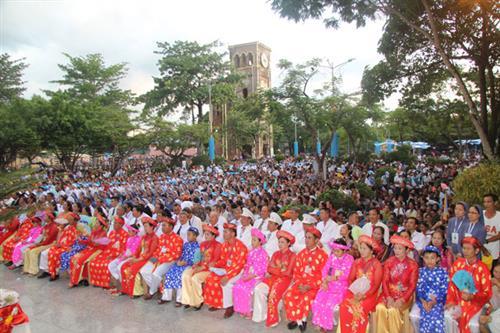 Rất đông cộng đoàn tham dự thánh lễ khi hành hương la vang