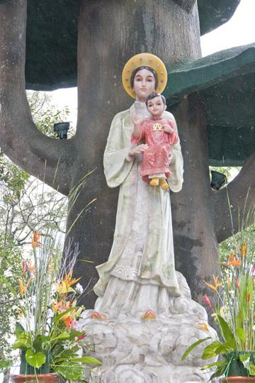 Tượng Đức Mẹ bằng đá quý năm 2011