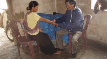 Bác sĩ Chung thăm và khám bệnh nhân phong tại nhà của họ. Trước khi trở thành linh mục ông đã là bác sĩ chuyên khoa da liễu